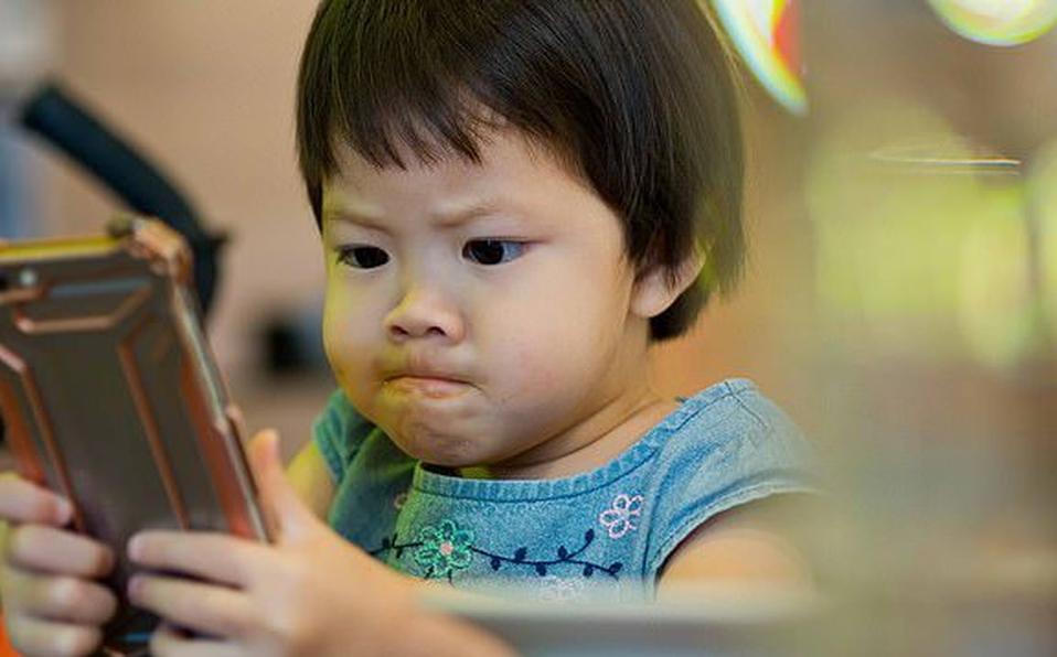 nino con celular
